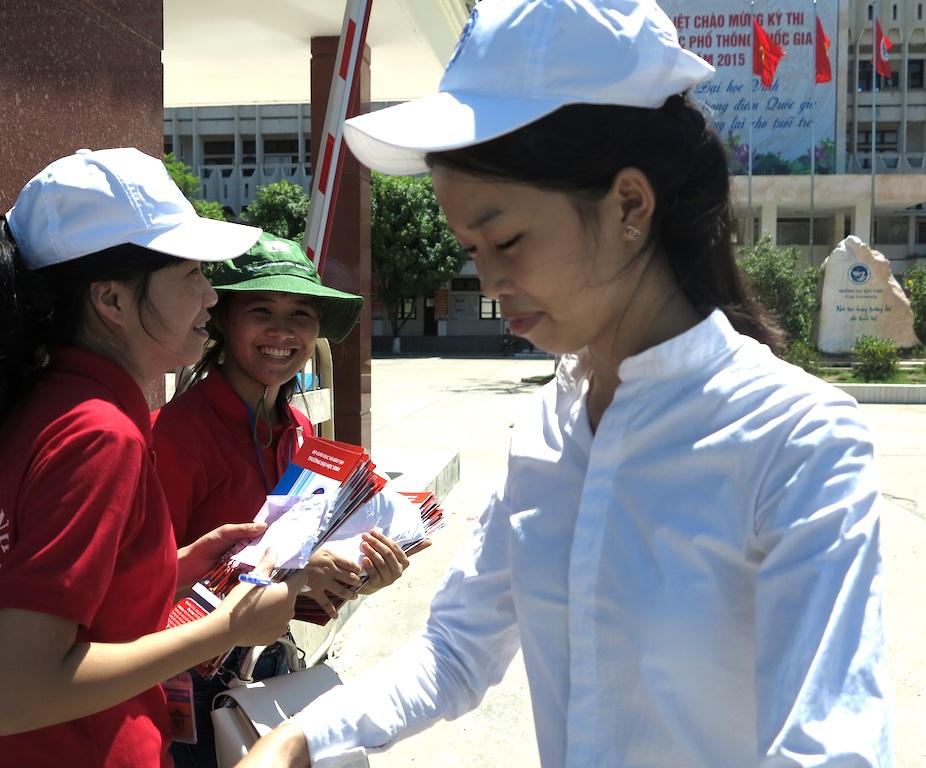 Thí sinh địa điểm trường ĐH Vinh ra sớm hơn45 phút. (Ảnh: Nguyễn Tình - Nguyễn Duy