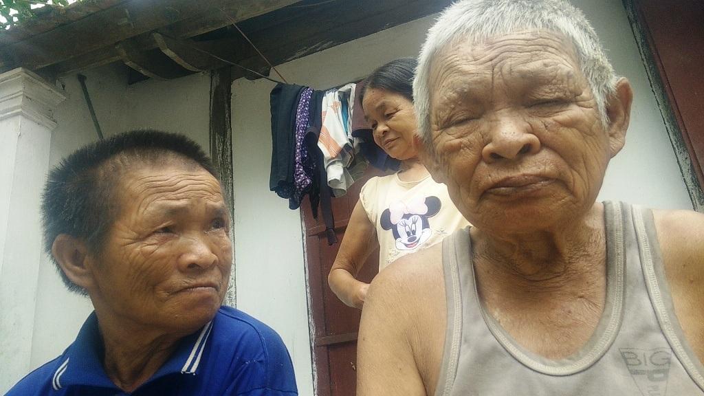 Người bác, người chồng của chị An đã già, không giúp đỡ được gì.