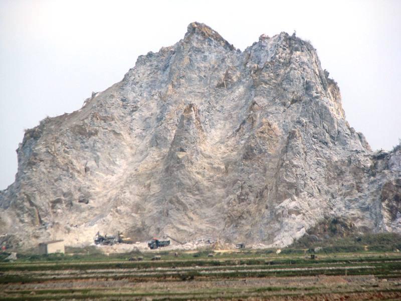 Nhiều mỏ đá tại Nghệ An luôn nguy cơ tiềm ẩn trong khai thác dẫn đến chết người.