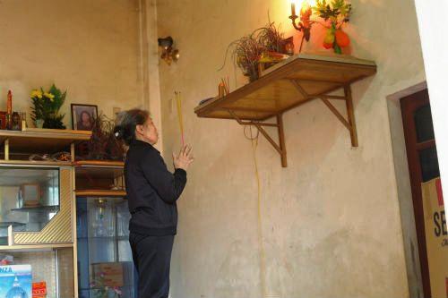 Bà đã quyết định xin nhà chồng cho đưa ảnh chồng về nhà mình để thờ phụng.