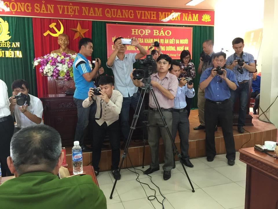 Đông đảo phóng viên tác nghiệp tại cuộc họp báo
