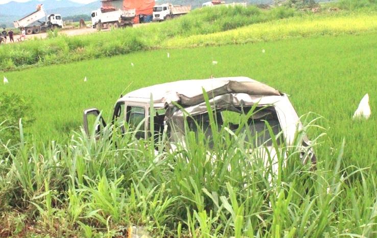 Chiếc ô tô 12 chỗ bị hư hỏng nặng sau khi bị xe tải đâm.