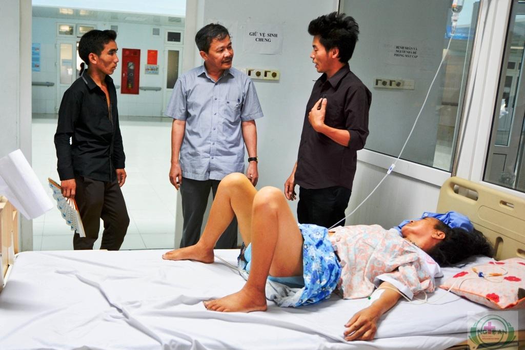 BS CKII. Nguyễn Danh Linh - GĐ Bệnh viện thăm hỏi, động viên bệnh nhân Khà cùng người nhà.