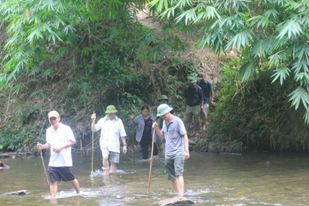 Lực lượng điều tra lội suối, băng rừng vào hiện trường vụ án.