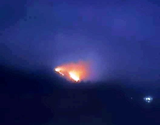 Đám cháy xảy ra trên đồi thông xã Công Thành nhìn từ xa.