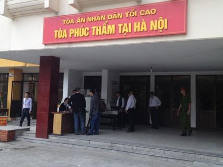 Các phóng viên làm thủ tục tham dự đưa tin phiên tòa.