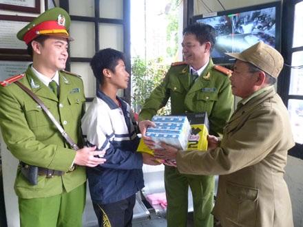 Long được gia đình đến đón về và nhận phần quà từ tay các chú CA.