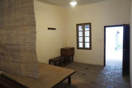 Đồ đạc bày biện trong nhà được giữ nguyên như cũ.