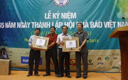 Hội Nhà báo Việt Nam cùng nhà hảo tâm tặng quà đến tay người dân xã Điềm Mặc.