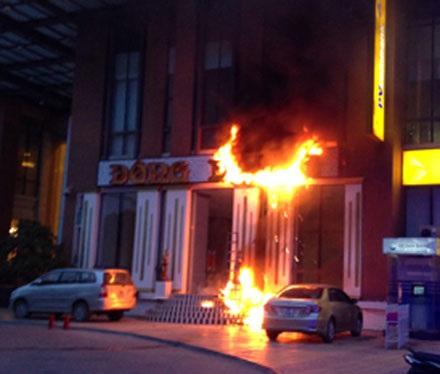 Những chiếc xe hơi được di chuyển khẩn cấp để tránh bị cháy lây.