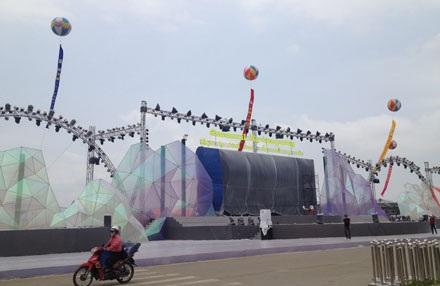 Sân khấu cho Lễ hội Carnaval Hạ Long 2015 đã được hoàn tất và chờ giờ khai mạc.