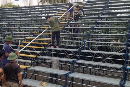 Các công nhân đang hoàn tất khâu cuối cùng của việc lắp ráp ghế ngồi khu vực khán đài.
