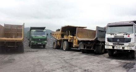 Các phương tiện tham gia việc khai thác, vận chuyển than trái phép bị tạm giữ.