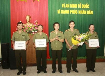Lãnh đạo CATP Hải Phòng tặng thưởng các cán bộ chiến sĩ đại diện cho các đơn vị tham gia phá án.