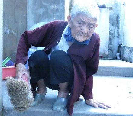 Cụ Mùa 93 tuổi - nhân vật người mẹ già bị con dùng chổi đánh xuất hiện trên mạng mấy ngày qua.