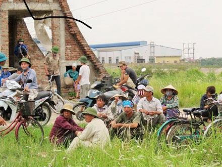 Rất nhiều người dân tụ tập phản đối đơn vị thi công thực hiện dự án.