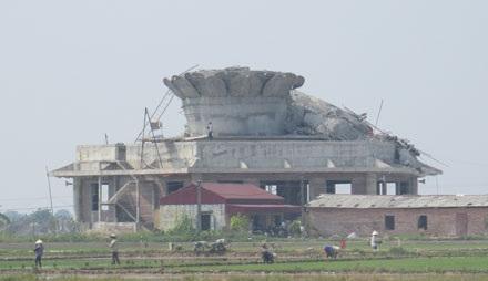 Vụ tượng phật đổ sập do sử dụng sắt thép nhỏ, mái vòm yếu.