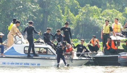 Thợ lặn xuống nước tìm kiếm nạn nhân vụ lật tàu 2 tầng - 6