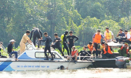Thợ lặn xuống nước tìm kiếm nạn nhân vụ lật tàu 2 tầng - 3