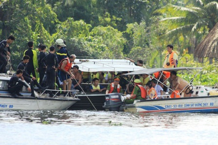Thợ lặn xuống nước tìm kiếm nạn nhân vụ lật tàu 2 tầng - 4