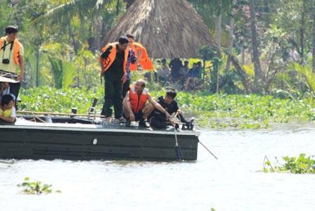Thợ lặn xuống nước tìm kiếm nạn nhân vụ lật tàu 2 tầng - 2