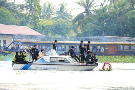 Thợ lặn xuống nước tìm kiếm nạn nhân vụ lật tàu 2 tầng - 1