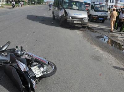 Xe khách hất văng xe máy, 2 mẹ con nguy kịch - 1
