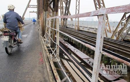 """Khóa """"tình yêu"""" trên cầu Long Biên… biến mất - 2"""