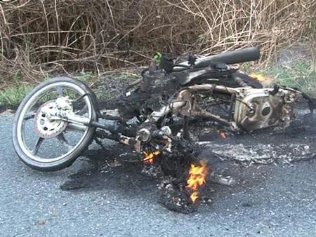 Xe máy đang chạy lại bốc cháy - 1