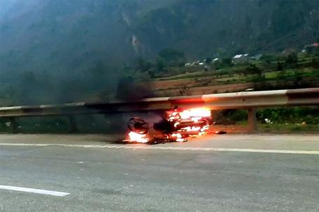 Xe máy Trung Quốc đang đi bỗng bốc cháy đùng đùng - 1