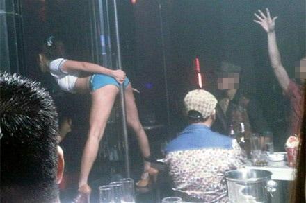 Một dancer nữ uốn éo tại bar ZR đêm 2/10.