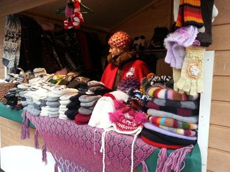 Găng tay, mũ len đan bằng tay được bày bán tại Helsinki (Phần Lan) với người bán hàng lớn tuổi...