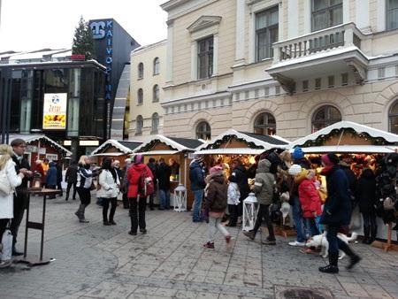 Những gian hàng chợ giáng sinh xếp sít nhau ngay bên ngoài trung tâm mua sắm ở Helsinki (Phần Lan)