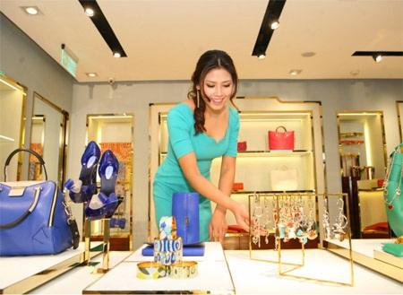 Hoa hậu biển tỏ ra rất thích thú với các phụ kiện của thương hiệu đến từ Ý