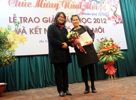 Nhà văn Nguyễn Thị Thu Huệ nhận giải thưởng văn học 2012 cho tập truyện ngắn Thành phố đi vắng