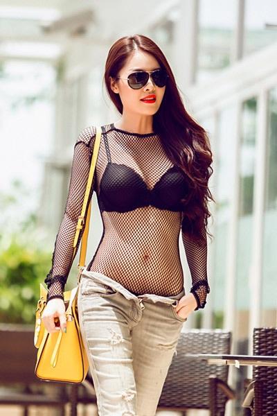 Thời trang dạo phố của ca sĩ Quế Vân: mặc như không mặc