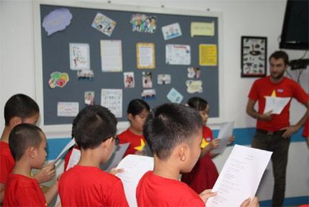 Thầy Matt cùng các em nhỏ trong một buổi học