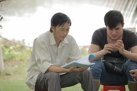 Hoài Linh tranh thủ đọc lại kịch bản trong giờ nghỉ