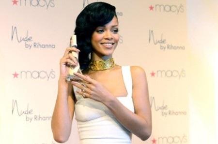 Rihanna đeo sợi dây chuyền vàng này trong buổi quảng cáo nước hoa ngày 1/12/2012