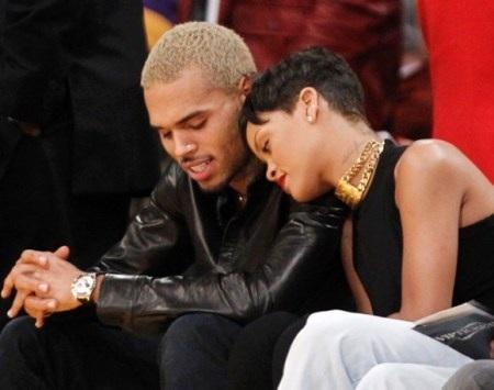 Rihanna đeo sợi dây chuyền trong kỳ nghỉ Giáng sinh với Chris Brown tháng 12/2012