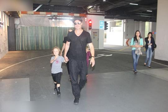 Cả Brad Pitt và Angelina Jolie đầu mặc trang phục đen giống nhau