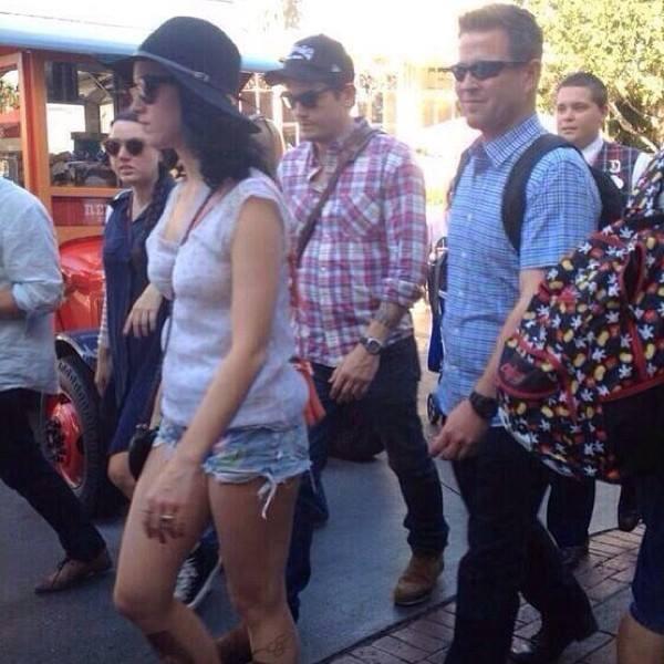Đi chơi cùng nhau nhưng Katy và John kẻ đi trước, người đi sau