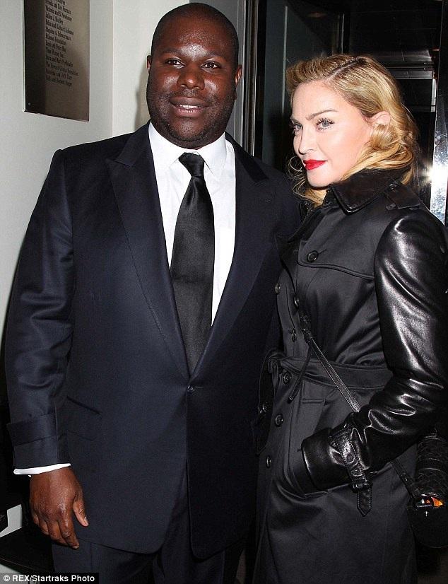Lấy lại bình tĩnh sau đó, Madonna đã ra ngoài chụp ảnh cùng đạo diễn