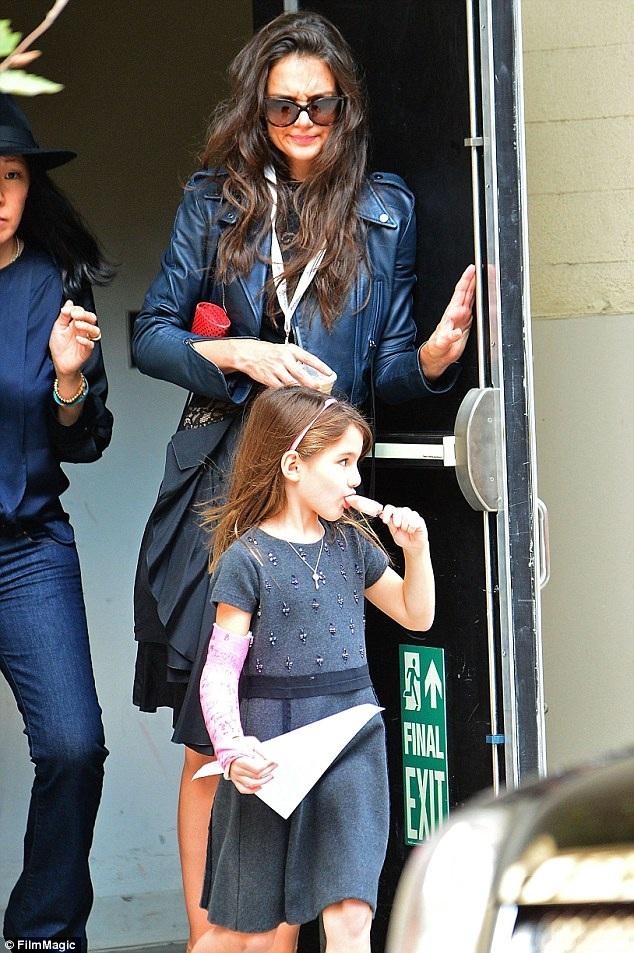Cuối buổi học, Katie Homes lại dành thời gian đến đón con gái về