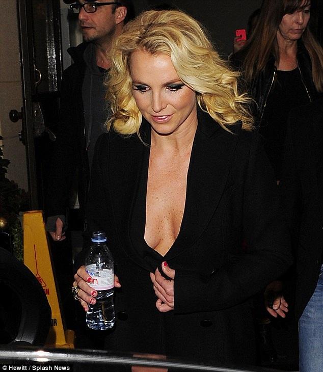Britney hớ hênh với chiếc áo khoét sâu