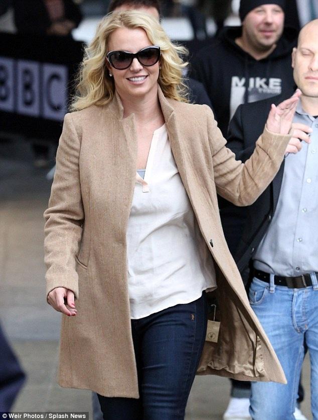 Britney quên cả việc cắt nhãn mác của áo mới khi mặc ra đường