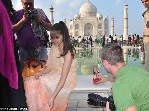 Hoa hậu Hoàn vũ 2012 và ê kíp chụp ảnh trước đền thờ Taj Hamal