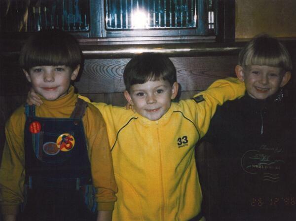 Louis Tomlinson khoe bức ảnh khoác vai 2 người bạn thời thơ ấu của mình.