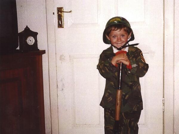 Niall Horan tỏ ra thích thú trong bộ quân phục.