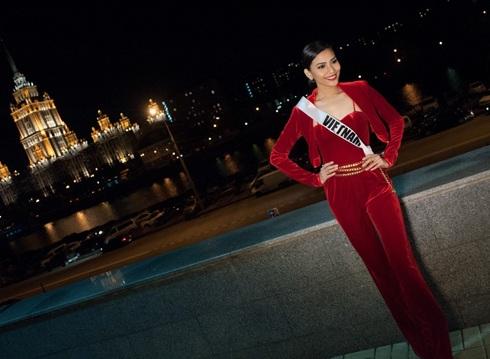 Trương Thị May diện trang phục nổi bật với tông đỏ